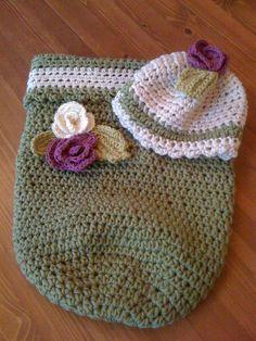 ein Baby-Cocoon mit Mütze und kleinen Röschen...  baby-cocoon with little roses and a beanie