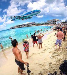 Já ouviu falar no Aeroporto Princess Juliana localizado na praia de Maho Beach em St. Maarten? O local é tão surreal que o aeroporto já recebeu o título de pista com o pouso mais impressionante do mundo.  O @mateus_casarin foi até lá conferir de perto e tirou essa foto de pertinho ... Incrível!!!! Saiba tudo sobre Saint Martin no nosso site http://www.mochilando.com.br E você teria coragem de ficar tomando sol ali naquela praia?  #blogmochilando #stmaarten #caribe #aeroporto #ilha #praia…
