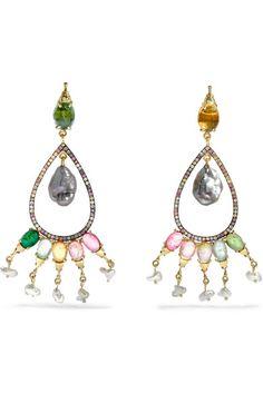Keshi-Perle; Turmalin, Gesamtgewicht: 6,97 Karat; pinkfarbener Saphir, Gesamtgewicht: 0,34 Karat; goldfarbener Saphir, Gesamtgewicht: 0,33 Karat; Peridot, Gesamtgewicht: 0,33 Karat   Schmetterlingsverschluss für gestochene Ohrlöcher  Keshi-Perlen: Philippinen  Wird in einem Lederbeutel in Metallic-Grün geliefert  Dieser Artikel wurde nach den Richtlinien des 1973 im Vereinigten Königreich in Kraft getretenen Punzierungsgesetzes zertifiziert  NET-A-PORTER.COM ist ein zertifiziertes Mitglied…