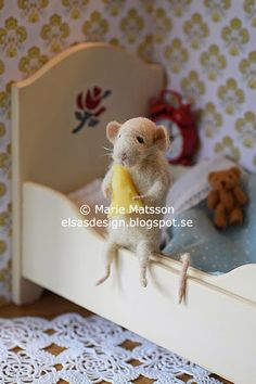 This little mouse is hungry before bedtime. Felt Animals, Cute Animals, Felt Mouse, House Mouse, Little Critter, Pet Toys, Needle Felting, Diy And Crafts, Minnie Mouse