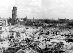 Overgave Nederland - Bombardement Rotterdam. Duitsland wilde al een hele tijd Nederland overnemen. Ze vochten dan ook bij de afsluitdijk en in steden maar Nederland gaf zich niet over. De doorslag was dat de Duitsers Rotterdam plat bombardeerde en Nederland gaf zich over. We hebben voor dit plaatje gekozen omdat je hier het platgebombardeerde Rotterdam ziet en hoe erg de schade was.
