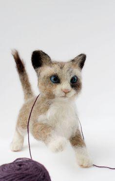 Needle Felted Kitten Felted Kitten Sculpture door YvonnesWorkshop