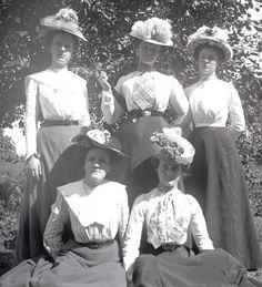 Edwardian era photos   enjoy these victorian edwardian era photos of girls wearing hats