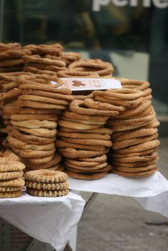 Known as Simit in Turkey and Turkish bagels in the States, a Greek koulouri is a doughy delight topped with sesame seeds. Breakfast Dishes, Best Breakfast, Greek Dinners, Food Spot, Thessaloniki, Dinner Menu, Greek Recipes, Street Food, Brunch