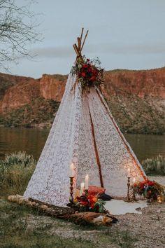 Tipi pour cérémonie laïque romantique : dentelle, fleurs, bougies