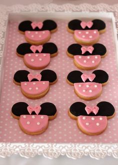 The cutest little Minnie Mouse cookies (biscuits) #disney #minniemouse