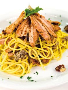 Pasta with sardines -Con i Bucatini alle sarde con pinoli e uvetta portate in tavola un primo della tradizione del Belpaese, saporitissimo e dal sapore inconfondibile! #bucatiniallesarde