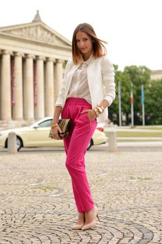 Hosen in Knallfarben im Business? Warum nicht! Unsere Fashion-Autorin Hannah ist bei einer befreundeten Bloggerin fündig geworden: