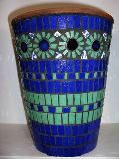 Blue and green mosaic pot Mosaic Planters, Mosaic Flower Pots, Mosaic Vase, Mosaic Garden, Mosaic Diy, Mosaic Crafts, Mosaic Projects, Mosaic Tiles, Pebble Mosaic