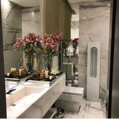 """Da série """"Lavabos que Amamos"""". Esse é o projeto de um lavabo masculino com direito a um mictório que é uma escultura. O revestimento em mármore também está presente na bancada. Projeto Gracita Lopes Adornos Millennium Móveis e Objetos ME SIGAM TAMBÉM @millenniummoveiseobjetos @luhpelomundo"""