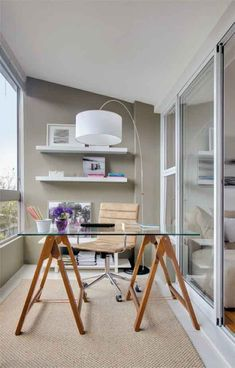 Saiba como transformar a varanda de seu apartamento em um escritório pessoal, muito útil no dia a dia e bem fácil de montar.