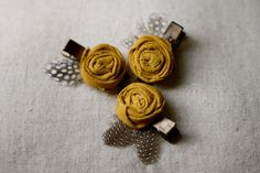 Fabric Rosette Hair Clip- Mustard Yellow Linen with Feather Accent on Single Prong Clip Covered in Satin Ribbon Fabric Rosette, Rosettes, Fabric Flowers, Hair Flowers, Creative Hairstyles, Diy Hairstyles, Diy Headband, Headbands, Hair Bow Tutorial