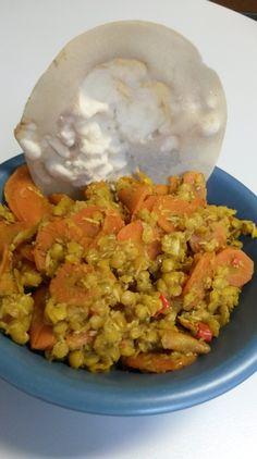 Zu meinen Lieblingsgerichten zählt Curry in allen möglichen Variationen. Es geht schnell, lässt sich mit so ziemlich jedem Gemüse zubereiten, das im Kühlschrank vorrätig ist, lässt sich gut vorkoch... Grains, Curry, Rice, Food, Carrots, Food Portions, Easy Meals, Kochen, Meal
