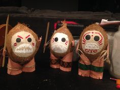 I made these Kakamora coconuts with acrylic paint faces and toilet paper tube leg stands for my daughter's birthday party. Moana Theme Birthday, Luau Birthday, 4th Birthday Parties, Birthday Ideas, Moana Party, Moana Themed Party, First Birthday Crafts, Maui, Hawaii