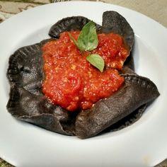 Ravioli neri de bacalhau com alho poró ao sugo