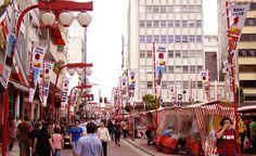 Conheça alguns lugares em São Paulo onde você pode comer boa comida com preços honestíssimo e ao ar livre. Pastéis, hambúrgueres, comida japonesa e mais