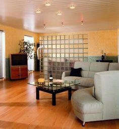 salón moderno con pared separadora