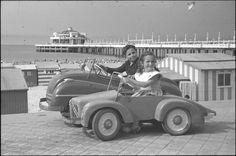 De dijk van Blankenberge België, met de pier op de achtergrond, augustus 1953