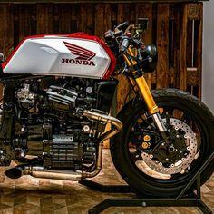 Custom Motorcycle Helmets, Motorcycle Types, Custom Motorcycles, Custom Bikes, Cx500 Cafe Racer, Cafe Racer Build, Scrambler, Cafe Bike, Cafe Racer Bikes