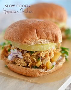 This Slow Cooker Hawaiian Chicken is the perfect combination of salty and sweet and is sure to please even the pickiest of eaters! Use your home canned chicken to make these delicious sandwiches. Crock Pot Slow Cooker, Crock Pot Cooking, Slow Cooker Recipes, Cooking Recipes, Crockpot Meals, Pizza Recipes, Freezer Meals, Beste Burger, Chicken Kitchen