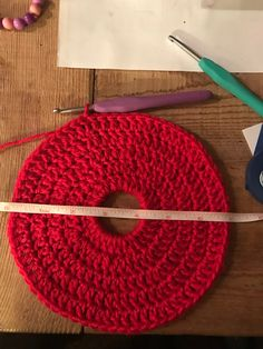 Earlier this week, a couple of different people showed me a photo of a hat with the top open so that a messy bun or ponytail could be worn with the hat. Crochet Beanie Pattern, Hat Patterns, Knitted Hats, Crochet Hats, Crochet Poncho, Crochet Slippers, Free Crochet, Cable Knit Hat, Crochet Stitches