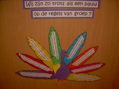Idee om de klassenregels te presenteren. 'We zijn zo trots als een pauw op de regels van groep 7'. Op elke veer staat een regel beschreven die door de Vreedzame school lessen samen met de kinderen zijn ontstaan.