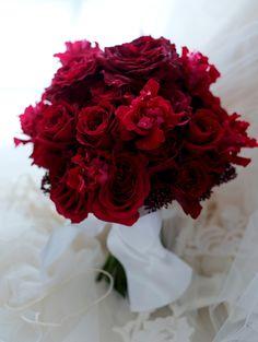前撮りのためのクラッチブーケ 赤のバラだけで 愛媛までの画像:一会 ウエディングの花