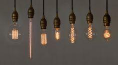 LEDと比較すると、消費電力が少ないわけでも寿命が長いわけでもない。普通に考えれば、そんな照明は市場から淘汰され、購入の選択肢にはなり得ないもの。にもかかわらず、この「白熱アート電球」に惹かれてしまうのは、それらのウィークポイントを忘れさせてくれるほどのフィラメントの優美さを教えてくれたからだ。そもそもフィラメントとは、電球の中で光るワイヤー部のこと。いわば照明としての主役であるパーツですが...