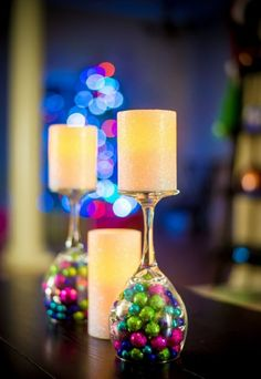 Christmas Centerpiece: This table decoration is becoming a hit for every holiday season. Simply flip a wine glass over and place a candle on top. Underneath you can place Christmas ornaments or any other holiday trinkets. Christmas Wine, Christmas Balls, Xmas, Christmas Ornaments, Christmas Party Decorations Diy, Christmas Centerpieces, Table Decorations, Diy Weihnachten, Pillar Candles