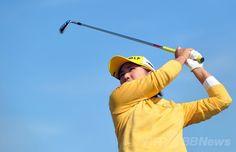 女子ゴルフ米国ツアーメジャー第3戦、全英リコー女子オープン(RICOH Women's British Open 2014)初日。12番でティーショットを打つ成田美寿々(Misuzu Narita、2014年7月10日撮影)。(c)AFP/PAUL ELLIS ▼11Jul2014AFP|上原が首位発進、宮里藍も10位タイに 全英リコー女子オープン http://www.afpbb.com/articles/-/3020240 #Womens_British_Open_2014 #Misuzu_Narita