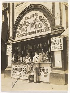 Squeezed Before Your Eyes Juice Stand, New York, Berenice Abbott Old Photos, Vintage Photos, Vintage Type, Vintage Ads, Shorpy Historical Photos, Messy Nessy Chic, Berenice Abbott, How To Make Signs, City Architecture