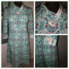 2018 Jersey kjole med digital print. Lommer og drejet sjalskrave.
