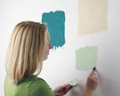 Probando muestras de pintura verde en la pared para elegir el color correcto.