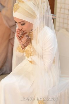 Elegant, the whole look flows  Love the way the jewellery has been placed on top of her hijab #hijabiswag #hijabiBrides #muslimweddings