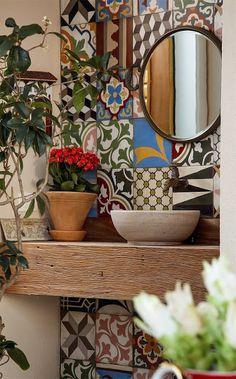 Que tal revestir a parede do lavabo com azulejos antigos? Se você combinar desenhos e cores diferentes, eles formam um mosaico, super original! #dica #home