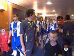 Dani Jarque y Antonio Puerta saludandose en tunel de vestuarios.