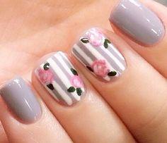 Gris... Base blanca con decoración de rayas gris... Y flores rosas con hojas verdes...