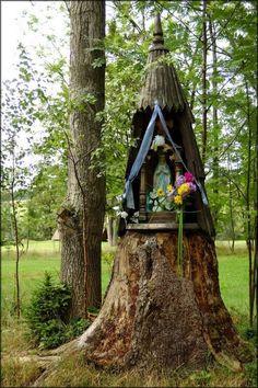 Wayside shrine in Jabłonka village, Poland ©. Marian Garden, House Of Gold, Spiritual Love, Magic Symbols, Forest Fairy, Chapelle, Medieval, Kirchen, Folklore