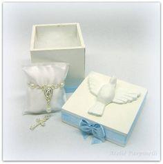 Caixa em MDF 5x5x5 com espirito santo em resina com mini terço em almofadinha de cetim, decorada com fitas de cetim. Pode ser decorada na cor desejada. R$ 7,80