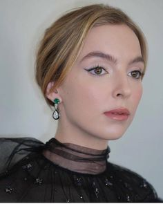 Best Jodie Comer Beauty Looks: Jodie wearing eyeliner for Golden Globes Glam Makeup, Hair Makeup, Makeup Inspo, Makeup Ideas, Beauty Games, Skin Specialist, Jodie Comer, Just Girl Things, Layered Look
