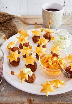 Crunchy puff pastry stars show your guests the way to delicious meatballs . - Crunchy puff pastry stars show your guests the way to delicious meatballs and dips. Party Finger Foods, Snacks Für Party, Brunch Recipes, Snack Recipes, Drink Recipes, Tasty Meatballs, Star Food, Party Buffet, Christmas Brunch