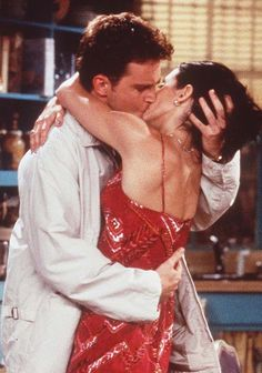 Matthew Perry as Chandler Bing & Courtney Cox as Monica Geller - F. Friends Tv Show, Chandler Friends, Tv: Friends, Serie Friends, Friends Cast, Friends Moments, Friends In Love, Friends Forever, Monica Friends