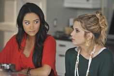 Ashley Benson and Shay Mitchell in Pretty Little Liars Pretty Little Liars Brasil, Pretty Little Liars Seasons, Pretty Little Lairs, Cute Updo, Dave Franco, Emily Fields, Gym Hairstyles, Alison Brie, High Ponytails