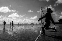 Mulheres e futebol: 'Nas peladas, treinos e jogos não oficiais, o jogo só acaba quando a água sobe até certa altura, mas, dependendo da disposição das equipes o jogo termina com a água já nas canelas', afirma a fotógrafa Ana Carolina Fernandes