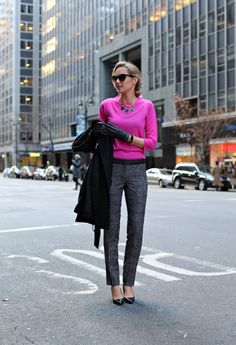 The Classy Cubicle: Fuchsia Simple yet stylish! Love the textures pants and bright color Winter Typ, Holiday Party Outfit, Mode Jeans, Power Dressing, Office Looks, Professional Outfits, Work Wardrobe, Business Fashion, Corporate Fashion