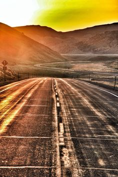 """GOLDEN ROAD"" #ianbaileytravelphotography #travel #travler #explore #explorer #exploreusa #road #sunrise #sunlight #adventure"