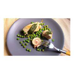 Rouleaux au poulet et au prosciutto accompagnés de petits pois