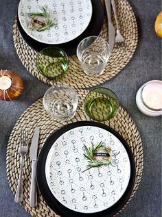 Una mesa decorada con bolsas de papel rotas, una ramita de romero y una cuerda