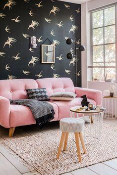 Un canapé rose bonbon féminin