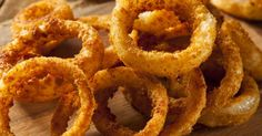 Crispy Air Fryer Homemade Onion Rings recipe - a healthier alternative to deep fried onion rings made in your air fryer/Ninja Foodi. Homemade Onion Rings, Onion Rings Recipe, Golo Recipes, Blooming Onion Recipes, Air Fryer Deals, Ricotta Meatballs, Sauce Tartare, Crispy Onions, Rss Feed